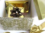 Dárková krabice se zabaleným svatebním darem - zelená, zlatá